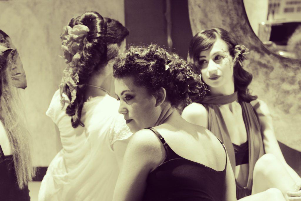 La musica nell 39 anima e un gruppo di tre donne protagonista donna - Alice dentro lo specchio ...